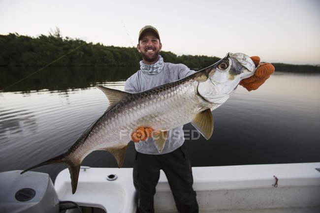 Fischer hält einen frischen Fisch Tarpon. Puerto Rico — Stockfoto