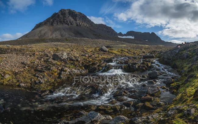 Горы и потоки Strandir побережья — стоковое фото