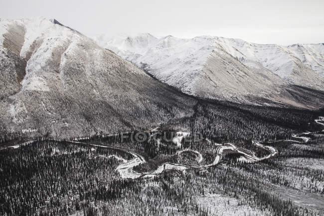 Las montañas Ogilvie al volar a lo largo de Dempster - foto de stock
