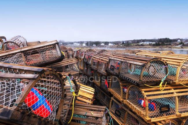 Pièges à homard empilés sur le quai — Photo de stock