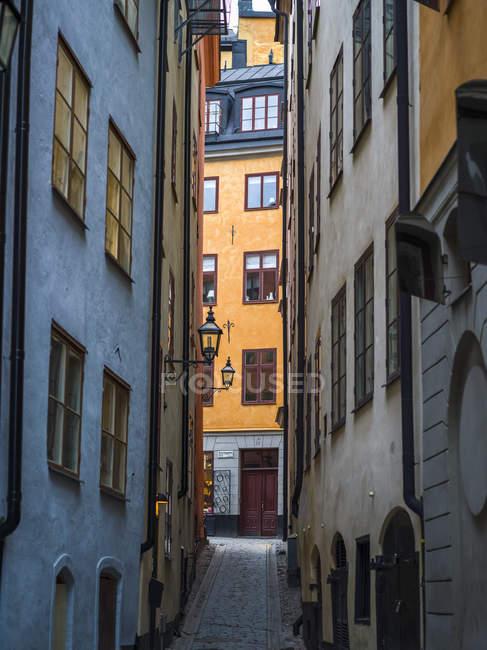 Narrow street between  buildings — Stock Photo