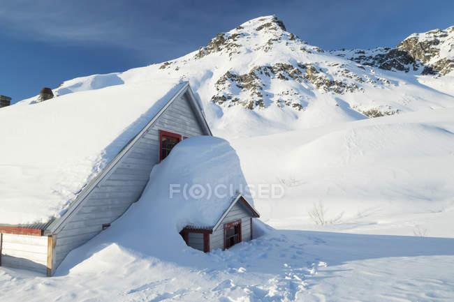 Um edifício antigo em Hatcher passagem no inverno — Fotografia de Stock