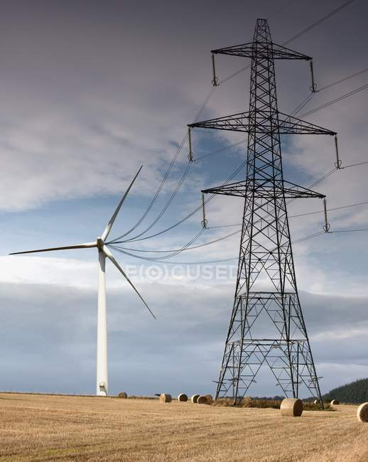 Ветротурбины, придает электрические провода — стоковое фото