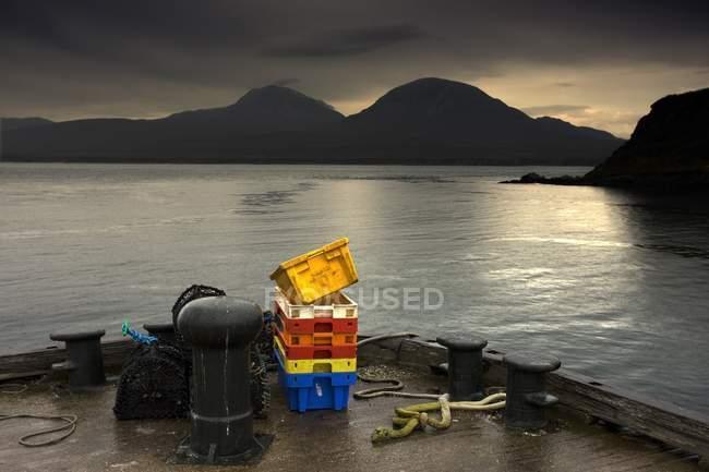 Getriebe auf Pier gegen Wasser — Stockfoto