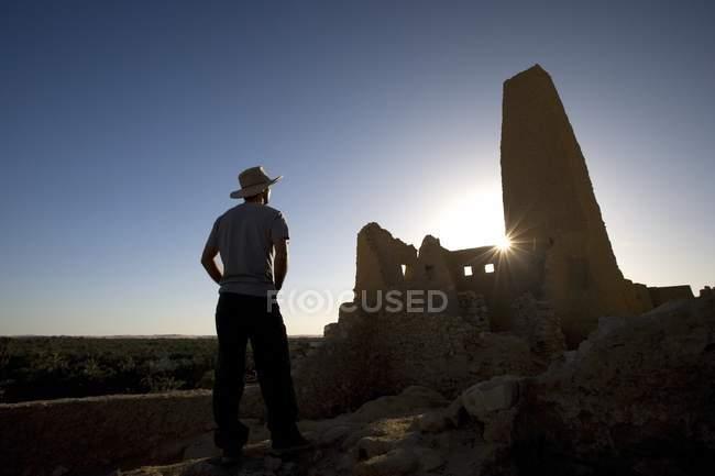Чоловік носить капелюх — стокове фото