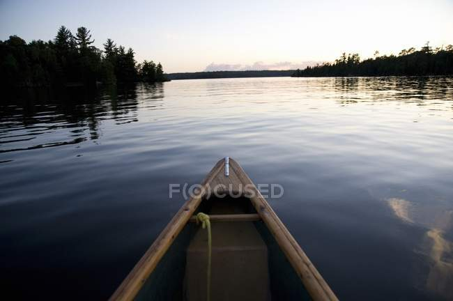 Lago de los Bosques, Ontario, Canadá; Barco en el agua - foto de stock