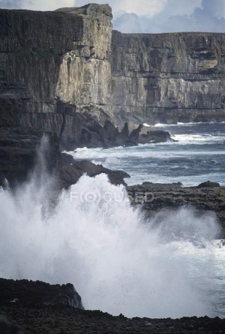 Крутые скалы и волны — стоковое фото