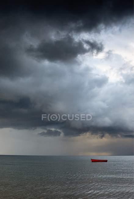Barco vazio para fora no mar — Fotografia de Stock