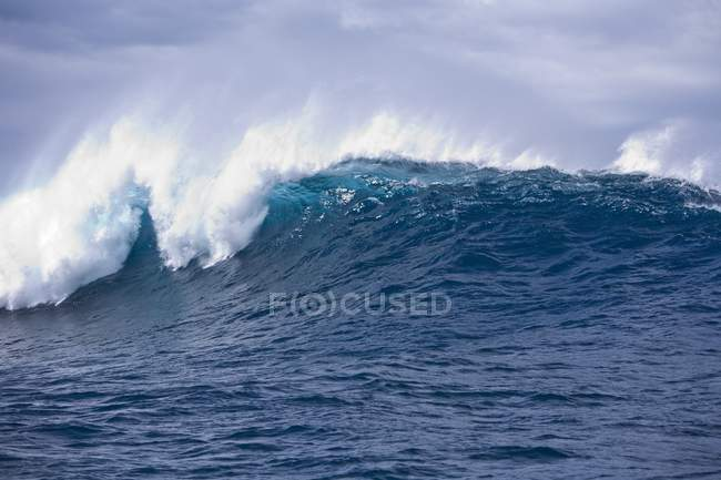 Crashing Wave in the Ocean — Stock Photo
