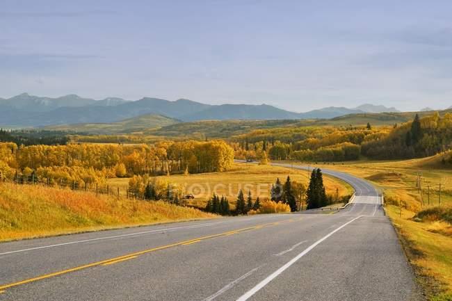 Autostrada e montagne lontane — Foto stock