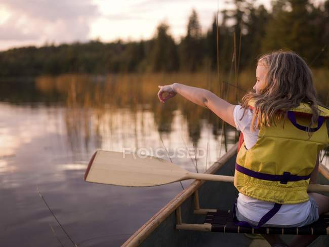 Lake Of The Woods, Ontario, Canada ; Fille en canot — Photo de stock