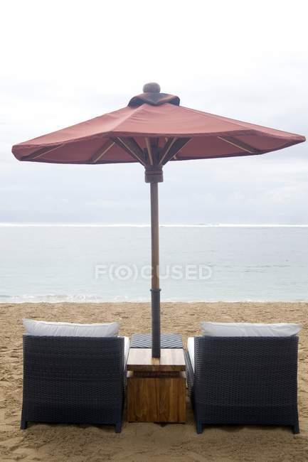 Sedie da spiaggia e ombrellone — Foto stock