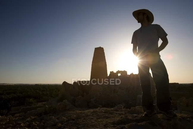 Чоловік носить капелюх на храм — стокове фото