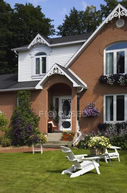 Casa con mesa y sillas - foto de stock