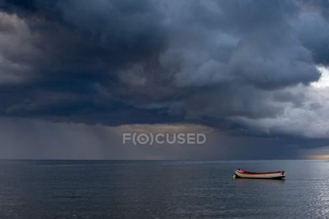 Порожній човен плаває у Північному морі — стокове фото