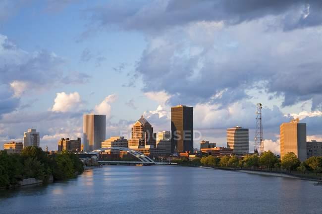 La rivière Genesee, Rochester Skyline — Photo de stock