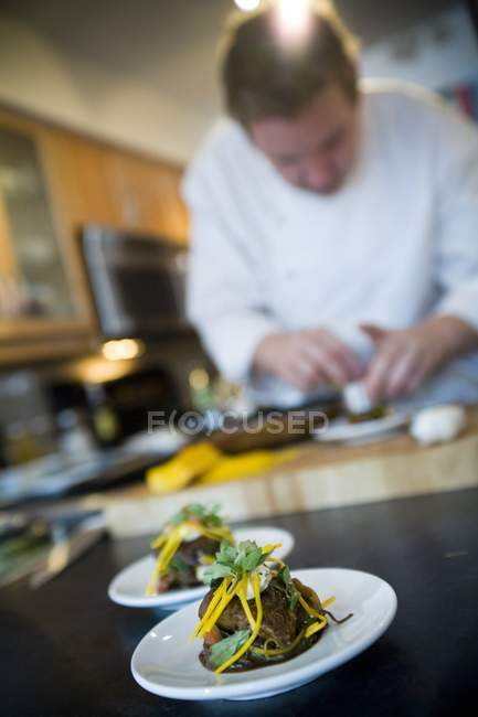 Caucasien chef masculin, préparer un repas dans la cuisine du restaurant — Photo de stock