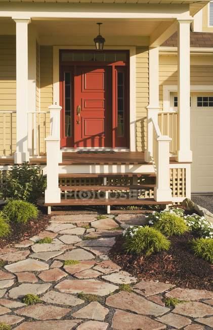 Casa residencial y las piedras del Patio - foto de stock