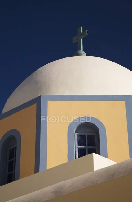 Branco com cúpula de capela — Fotografia de Stock
