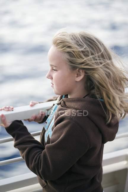 Chica mirando el agua; Maui, Hawaii, EE.UU. - foto de stock