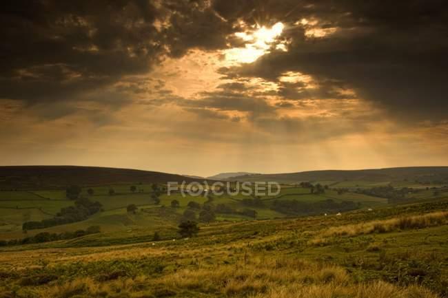 Rayos de sol a través de nubes - foto de stock