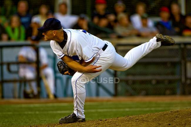 Professional baseball player throwing ball — Stock Photo