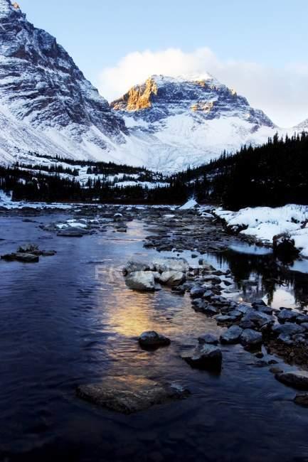 Річка в межах снігові гори — стокове фото