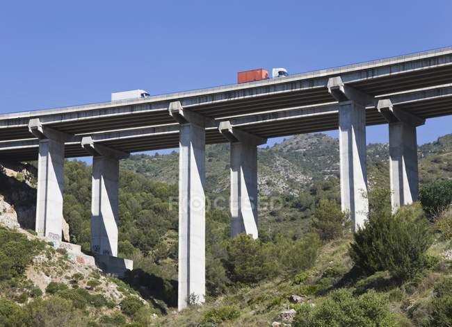 Camiones cruzar puente sobre barranco - foto de stock
