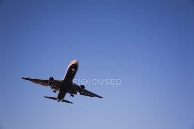 Коммерческий реактивный самолет посадки — стоковое фото