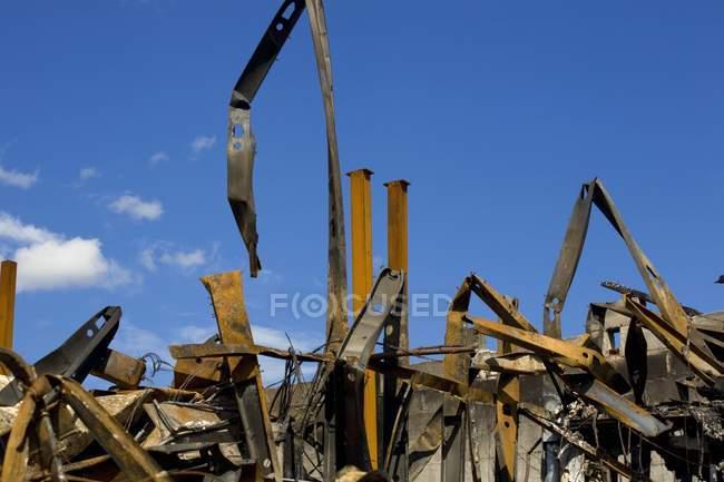 I resti di bruciato edificio sotto cielo blu — Foto stock