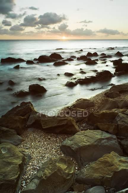 Felsen im flachen Wasser — Stockfoto