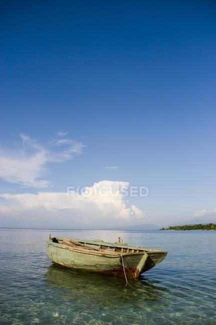 Boot im flachen Wasser — Stockfoto