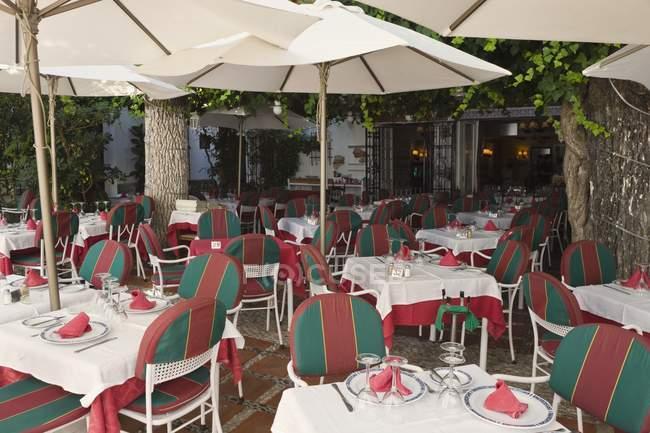 Restaurante al aire libre en Marbella - foto de stock