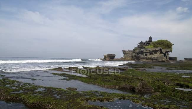 Bali, Indonesia; Templo del Mar de Tanah Lot - foto de stock