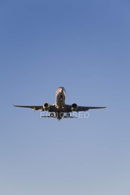 Aterrizaje de avión Jet comercial - foto de stock