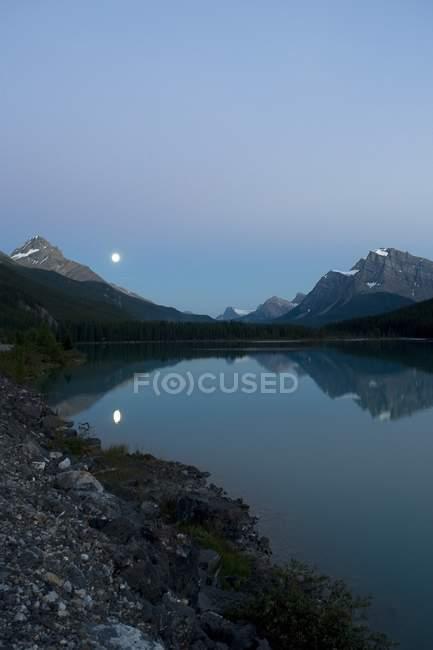Місяць, озеро водоплавних птахів — стокове фото