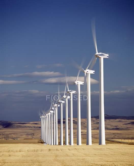 Éoliennes en ligne — Photo de stock