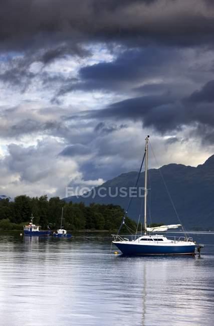 Barcos sob céu tempestuoso — Fotografia de Stock