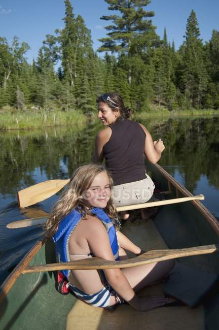 Mother and Daughter On A Canoe, Lake Of The Woods, Ontario, Canada — стоковое фото