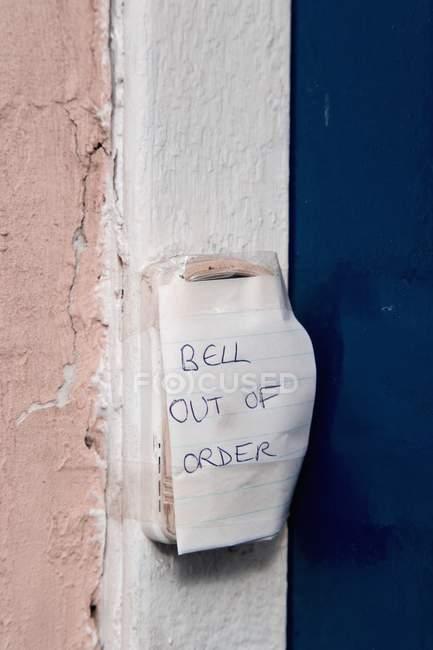 Рука надруковані записку: Bell вийшла з ладу — стокове фото