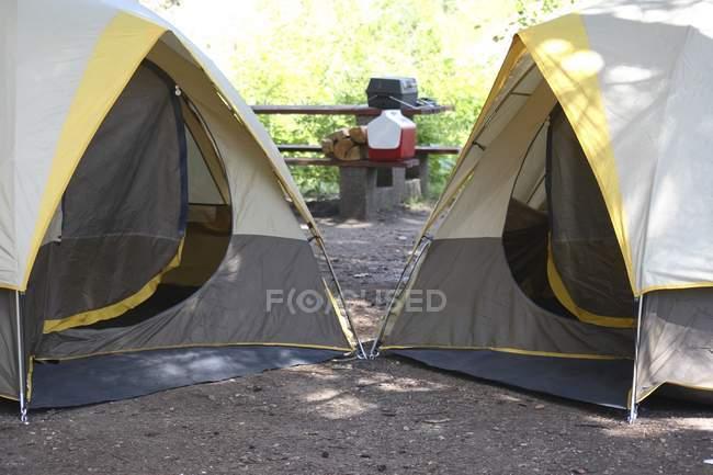Zwei Zelte am Campingplatz in der Natur im freien — Stockfoto