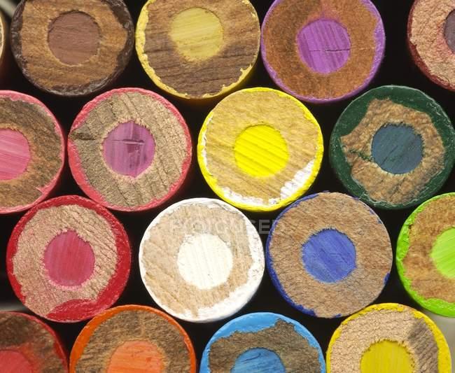 Vue du haut des différents crayons de couleur depuis le bas — Photo de stock