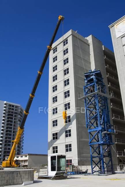 Crane Outside New Hotel - foto de stock