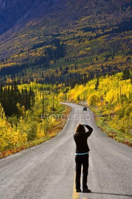Fotografo su Yukon Road — Foto stock