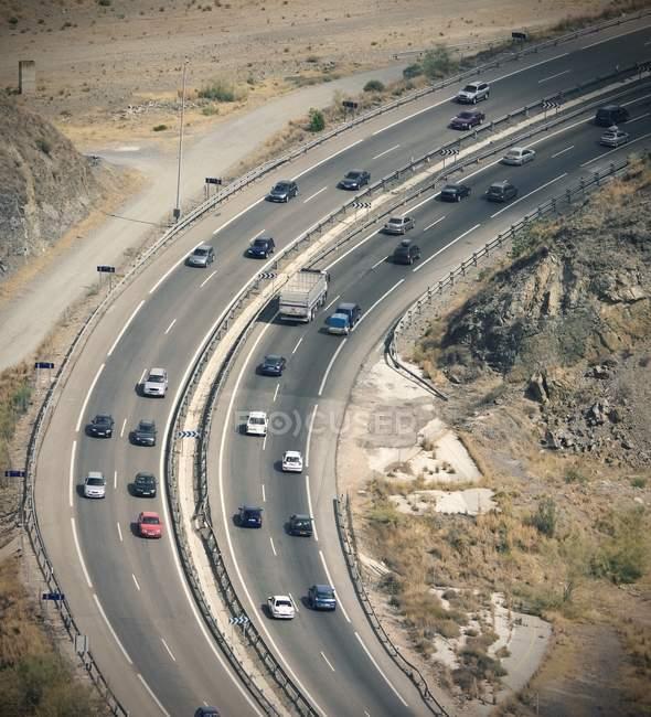 Estrada movimentada com carros de condução — Fotografia de Stock