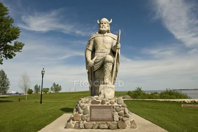 Viking-Denkmal auf dem Feld — Stockfoto