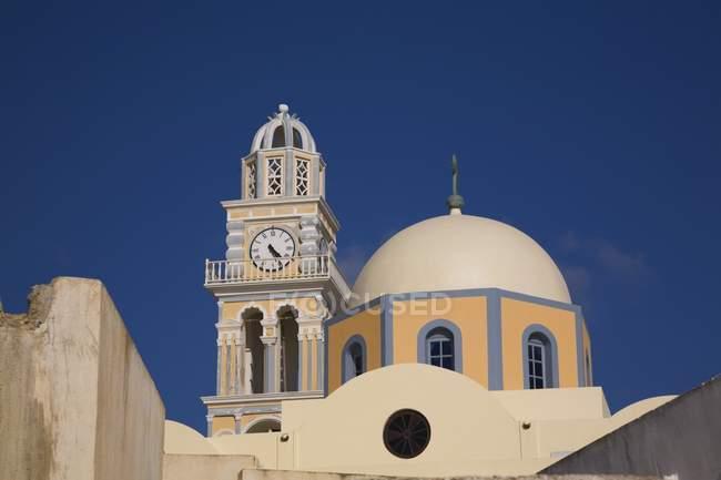 Katholische Kirche mit Turm — Stockfoto