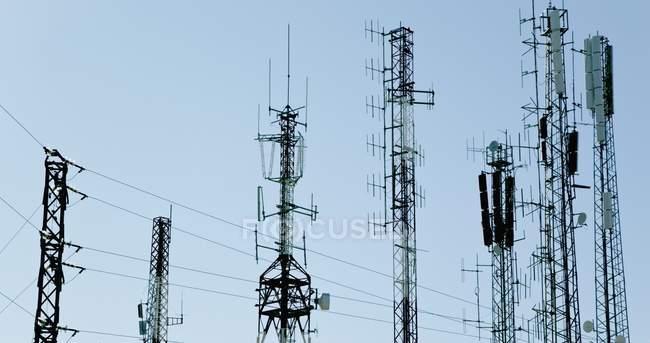 Mástiles de comunicación y antenas cerca de Mijas - foto de stock