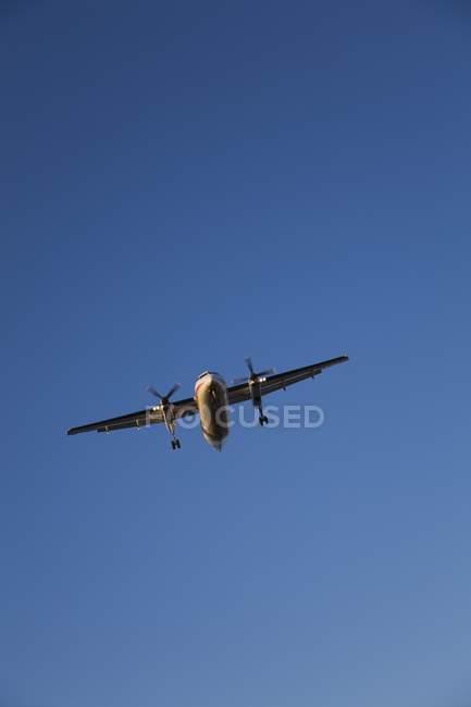 Турбовинтовой самолет посадки — стоковое фото