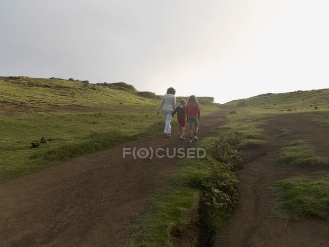 Mother and Daughters Walking Together; Maui, Hawaii, Usa — стоковое фото